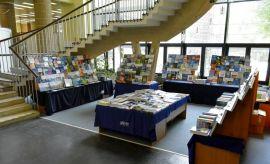 Wystawa anglojęzycznych książek naukowych.