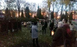 Kwiaty na mogiłach poległych żołnierzy radzieckich