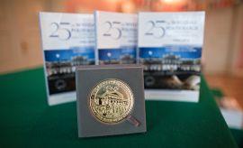 Wręczenie medali z okazji 25-lecia Wydziału Politologii UMCS