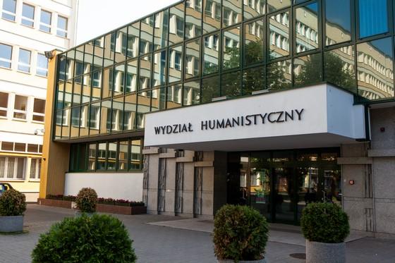 Zdjęcie wejścia do budynku Wydziału Humanistycznego UMCS