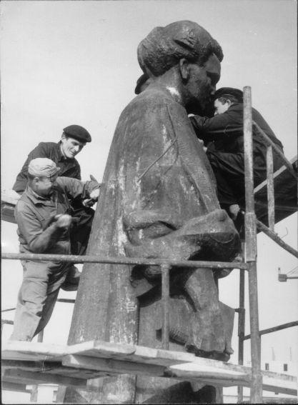 Montaż pomnika Marii Curie-Skłodowskiej