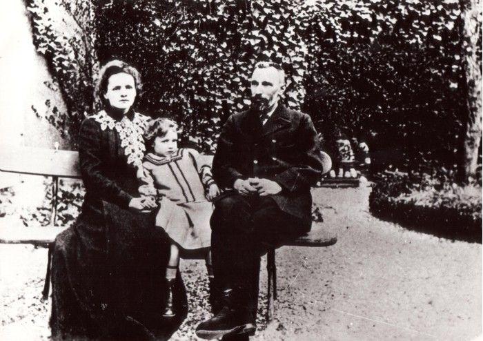 Z mężem i córką w ogrodzie Biura Miar i Wag w Sèvres