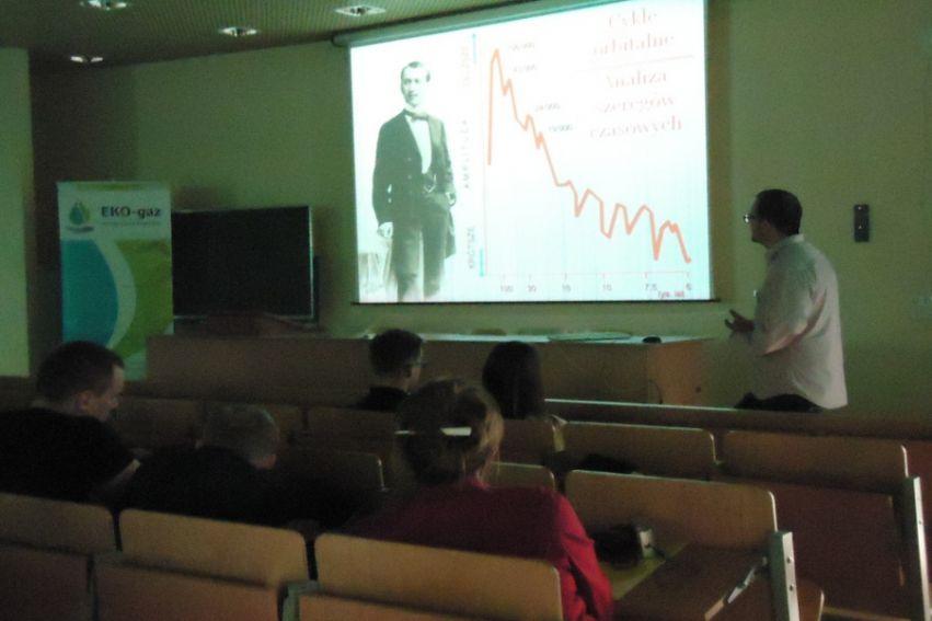 """Dr Przemysław Mroczek, wykład """"Kosmiczna wędrówka Ziemi..."""""""