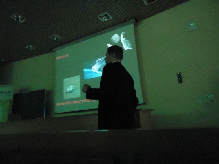 Dr inż. Miłosz Huber podczas wykładu o meteorytach