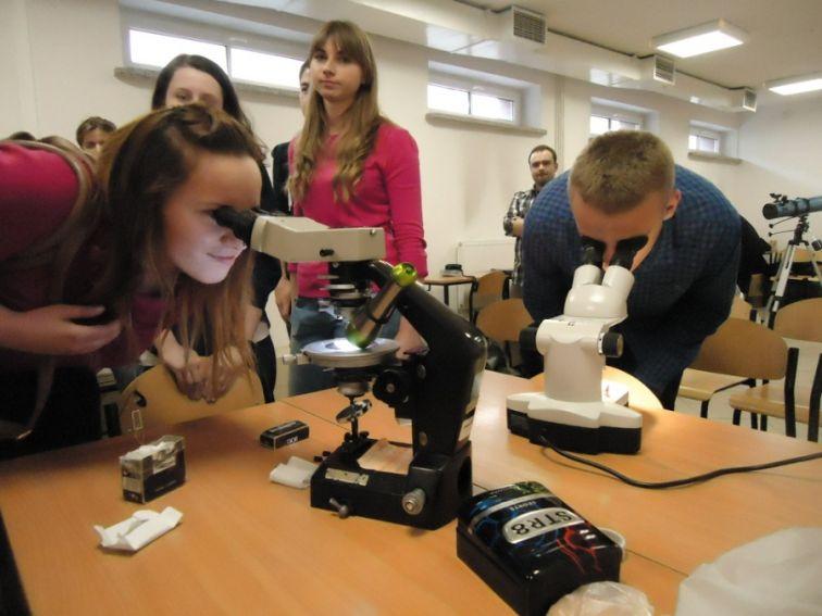 Obserwacje szlifów skał przez mikroskop i lupę binokularną