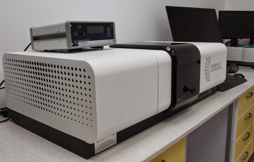 Spektometr fluorescencyjny typu steady-state