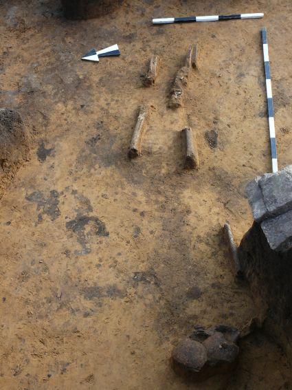 Ryc. 3: Szkielet zmarłego odkryty przy północnym...