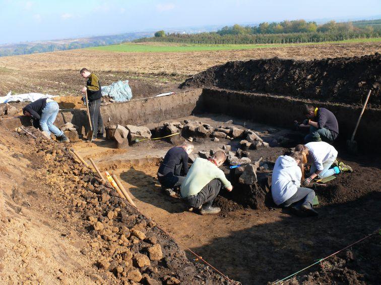 Ryc. 5: Odczyszczanie konstrukcji kamiennych.