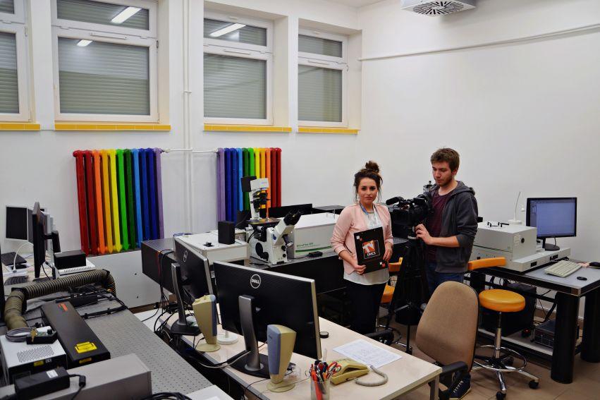 Ekipa TV UMCS w Zakładzie Biofizyki Instytutu Fizyki UMCS