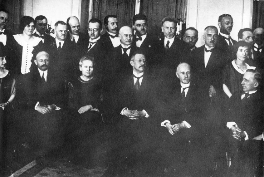 Maria wśród polskich fizyków i chemików w Warszawie 1923 r.