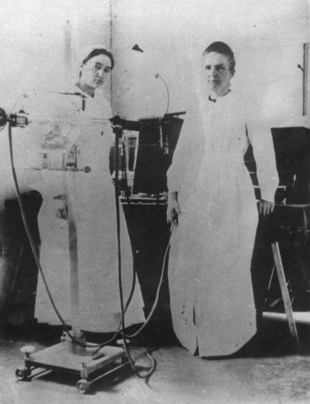 Maria z córką Ireną w polowej pracowni radiologicznej w...