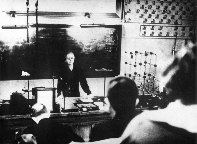Maria podczas wykładu w Instytucie Radowym w Paryżu 1927 r.