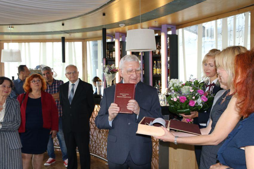Wręczenie Księgi Pamiątkowej prof. Czesławowi Grzesiakowi