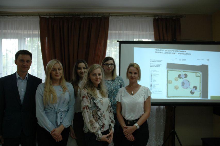 """Prezentacja kolejnych projektów SKNP """"SmartCity"""" w Łomazach"""