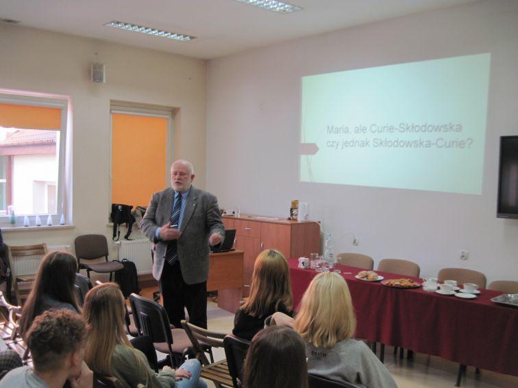6. dr Leszek Mikrut w trakcie mini wykładu o patronce...