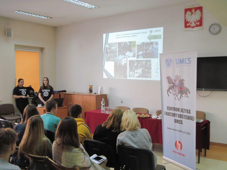 4. W trakcie prezentacji (w oddali od lewej: Władysława...