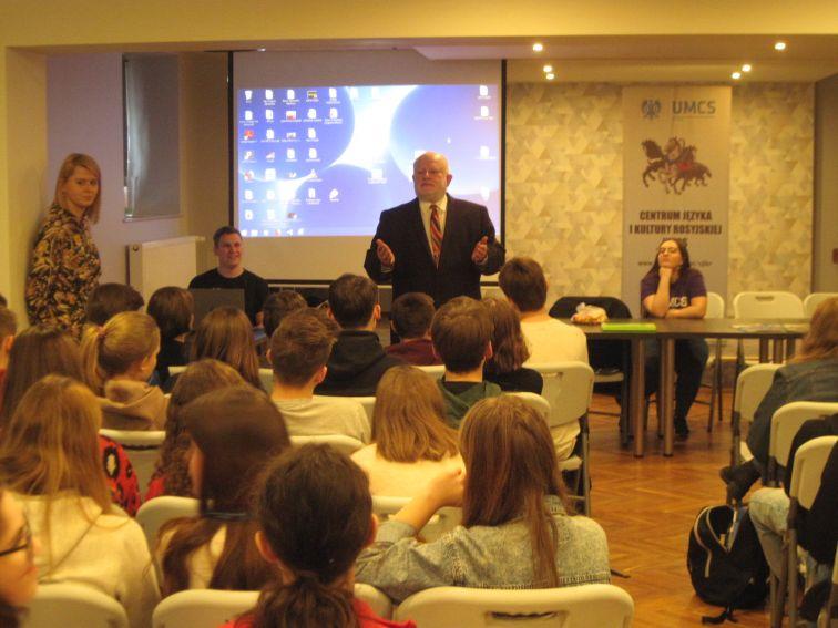 dr Leszek Mikrut podczas mini wykładu o patronce UMCS