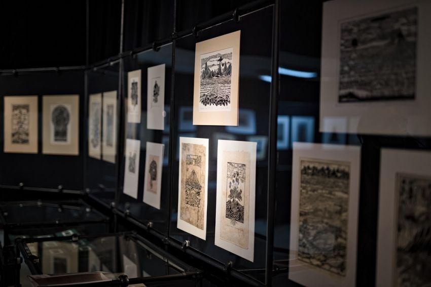 """Otwarcie wystawy """"Zbigniew Jóźwik. Linoryty i..."""