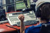Zdjęcie chłopaka prowadzącego audycję radiową