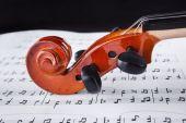 Zdjęcie skrzypiec leżących na zeszycie z nutami