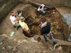 eksploracja zniszczonego grobu szkieletowego. fot. tomasz...