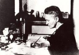 W swoim gabinecie w Instytucie Radowym w Paryżu