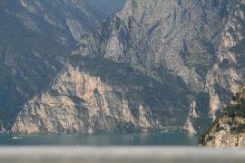 Prosta wznosząca się_ linia na skałach to Via del Ponale.JPG