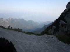 Przełęcz Tremalzo_ zdobyta, w tle malutkie Jezioro Garda.JPG