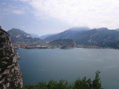 Jezioro Garda, górka na_ środku to Monte Brione.JPG