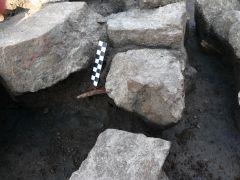 Ryc. 11: Zagadkowy przedmiot kamienny odkryty w trakcie...