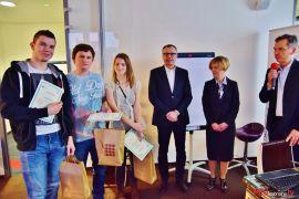 Studenci Wydziału Zamiejscowego odbierający nagrodę na...