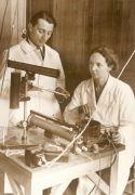 10. Irena i Fryderyk Joliot-Curie w laboratorium 1934 r..jpg