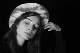 016. Svitlana Kochanova, Portret z rekwizytem, 2017.jpg