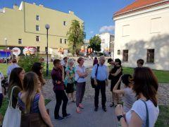 IH_Uczestnicy Szkoły UNESCO przed Centrum Kultury w...
