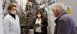 Prof. Robert Huber w Laboratorium Analitycznym ogląda...