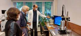 Prof. Robert Huber w Laboratorium Analitycznym...