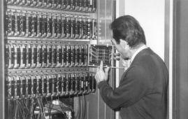 Wnętrze maszyny UMC-1: Pakiety procesora centralnego i fragment pamięci bębnowej