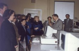 Doc. dr Światomir Ząbek demonstruje absolwentom z roku 1981 na spotkaniu po 15 latach wyposażenie pracowni mikrokomputerowej