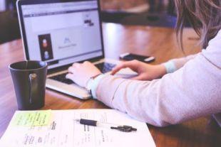 110926-zdjecie-kobiety-piszacej-na-laptopie-pexel.jpg