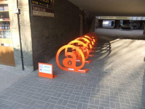 Nowe stojaki rowerowe na UMCS