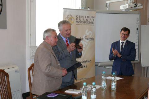Wręczenie medalu prof. Jurijowi Makarowi z Czerniowiec