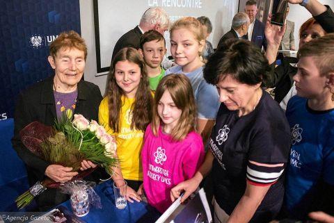 Kwiaty od UD UMCS dla Hélène Langevin-Joliot - wnuczki...
