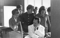 Prof. Bielecki prowadzi zajęcia ze studentami pionierskiego rocznika metod numerycznych przy maszynie UMC-1