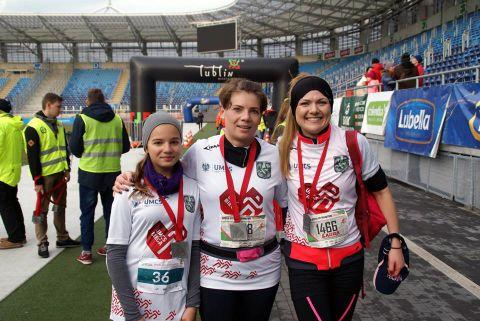 Trzy zawodniczki po zakończeniu biegu, z medalami