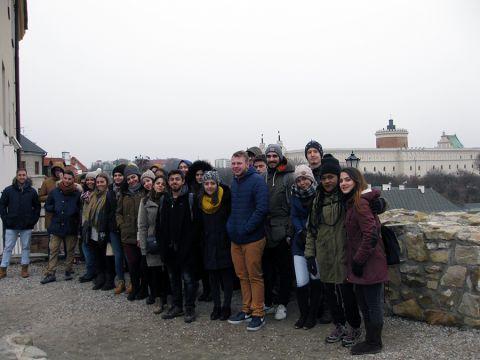 Grupa studentów zagranicznych na tle Zamku Lubelskiego