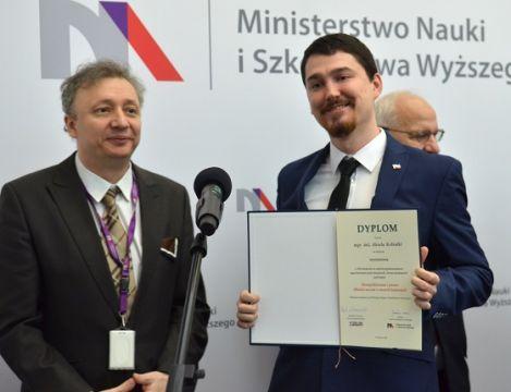 Magister Aksle Kobiałka z dyplomem