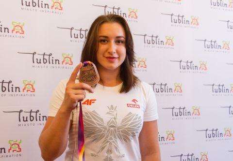 Malwina Kopron z medalem MŚ2017 w konkurencji rzutu młotem.jpg