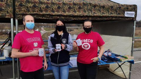 dr A. Marcewicz-Kuba i dr M. Cichy z Wydziału Chemii UMCS wzięli udział w akcji RCKiK Lublin i Lubelskiego Klubu Morsów fot.  UMCS.jpg