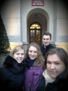 Studenci Alter Idem przed wejściem do siedziby NIK.jpg