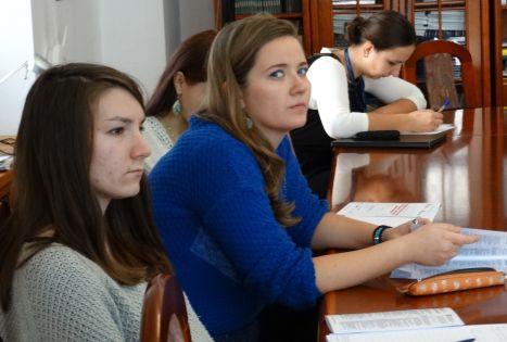 Członkowie słuchający prelekcji